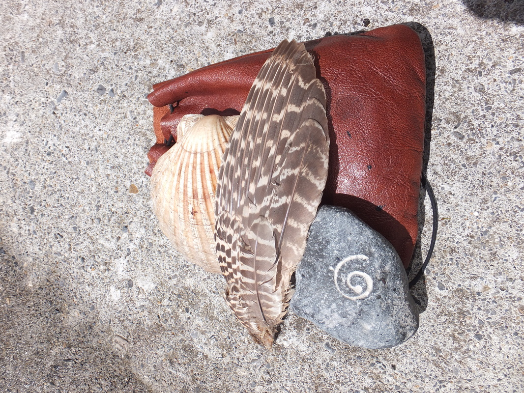 A shell, a feather and a rock, symbols of the Three Realms